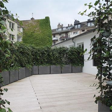 Prêtes à poser !  Image'In a réalisé sur mesure un ensemble de jardinières permettant l'entourage de cette magnifique terrasse à Dusseldorf ... Domozoom