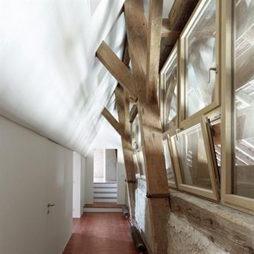 Les poutres apparentes rendent un lieu unique et structurent l'espace en mettant en valeur la hauteur de plafond et en ... Domozoom