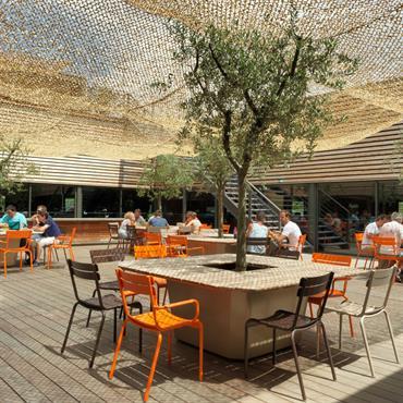 Des tables Outdoor, design et originales, à l'ombre des oliviers grâce aux bacs Image'In !  Virtual Expo dote ces nouveaux locaux ... Domozoom