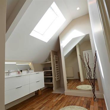 Agencement et aménagement d'une salle d'eau mansardée sous les toits.