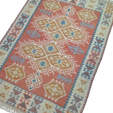 Ce tapis kilim est décoré de motifs ethniques et de belles couleurs pastel à dominante rouge.  Domozoom