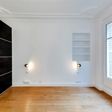 Dans ce grand appartement parisien, l'objectif de Ré-novateurs était de rénover entièrement l'intérieur tout en conservant le style résolument haussmannien ... Domozoom