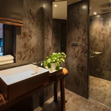 Salle de bain minérale, douche spacieuse et décoration minimaliste pour un espace dédié à l'eau