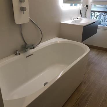 Agrandissement d'une salle d'eau pour installer une baignoire douche. Sole en carrelage effet parquet. Rangement sur mesure  Domozoom