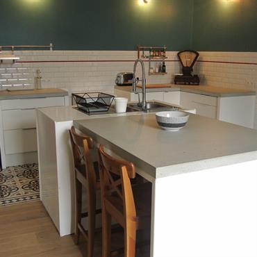 Notre finition authentique brute vitrifiée s'adapte parfaitement à cette cuisine rétro-vintage. Les aspérités du béton brut sont rebouchées avec une ... Domozoom