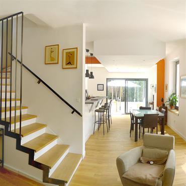 Dans la proche périphérie Marseillaise, cette maison familiale autrefois en pleine campagne, se retrouve aujourd'hui entourée d'immeubles d'habitation…  Une rénovation complète ... Domozoom