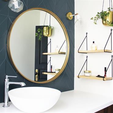 La cuisine a été remplacé par une salle de bain chic et confortable au style Art Déco