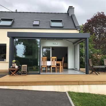 La véranda Arès vous offre une conception intelligente d'ouverture en angle pour un espace plein air. Véritable pièce à vivre, ... Domozoom