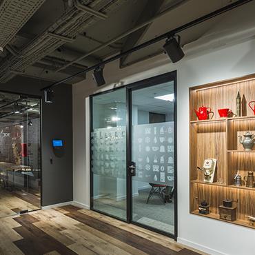 Aménagement de bureaux exceptionnel pour Jacobs Douwe Egberts, l'un des leaders sur le secteur du café. Pour cette réalisation, le ... Domozoom