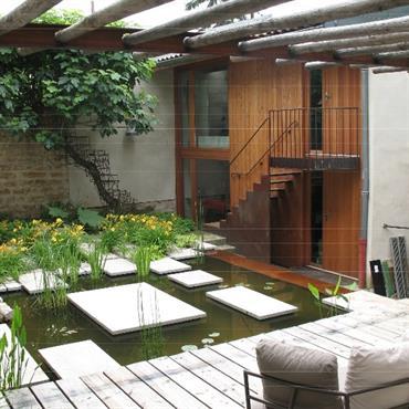 Créer un bassin d'agrément dans le jardin apporte un véritable effet relaxant. La vue de l'eau apaise et détend et ... Domozoom