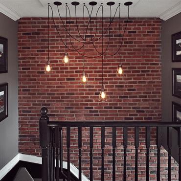 Escalier classique noir avec mur de briques