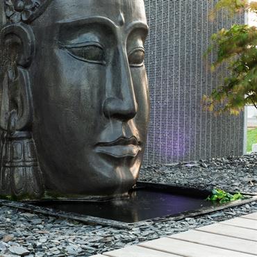 Architecture d'un jardin épurée avec un beau visage central Zen  Domozoom