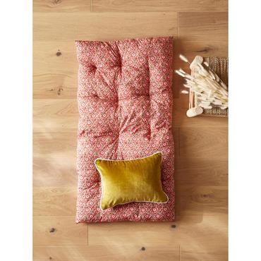 Coussin de sol, matelas pour banquette ou matelas déco. De la chambre au salon, le style futon adopte la tendance indienne en mode confort. DétailsMatelas fleuri rose piqué à la ...