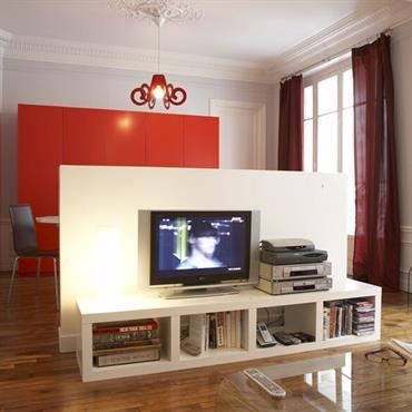 Dans cet appartement, les volumes du salon-salle à manger d'origine ont été repensés pour que la propriétaire puisse travailler à ... Domozoom