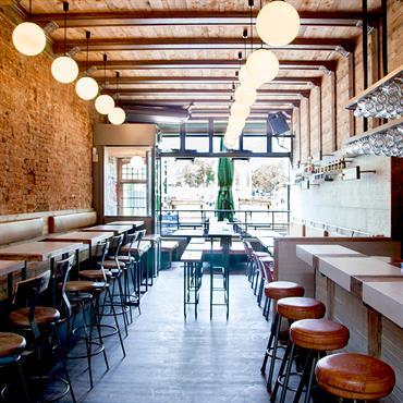 De Biertuin Aménagement sur-mesure d'un bar à Amsterdam (Linnaeusstraat 29), completé par l'habillage des murs et tables.  Produit :  MURS : 7 ... Domozoom