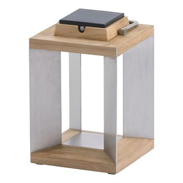 Lanterne d'extérieur LED rechargeable & solaire de petit format dans la collection Tinka Tecka éditée par Les Jardins®, composée d'une structure en bois de teck agrémentée de montants en acier ...