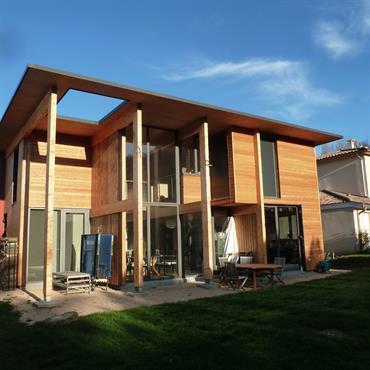 Maison neuve à ossature bois et toiture terrasse bois  Domozoom