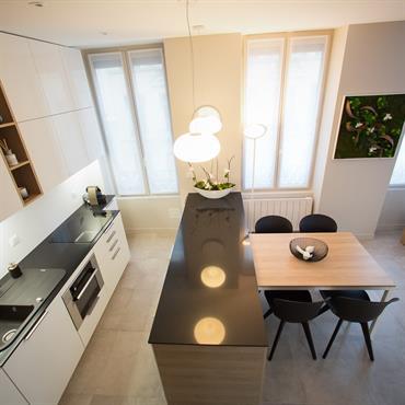 Cette cuisine étant ouverte sur le salon, il était indispensable que son design s'intègre parfaitement à la pièce de vie. ... Domozoom