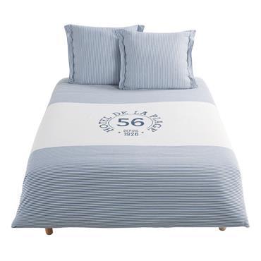 Donnez des airs de vacances à votre chambre en adoptant la parure de lit en coton blanc motif à rayures bleues 240x260 OUESSANT . Idéale dans une pièce à l'esprit ...