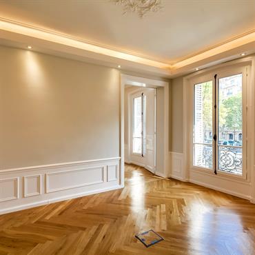 Bureau avec gouttière lumineuse sur le contour du plafond