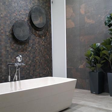 Dans la salle de bains, une mosaïque a l'art d'apporter de beaux effets de matière ! Au goût du jour ... Domozoom