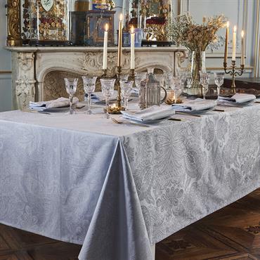 NAPPE EN COTON. Un all-over de panaches de plumes royaux dans une combinaison de bleus gris doux et élégants. Un must pour une table de réception, pour toutes les occasions. ...