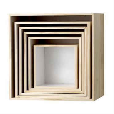Bloomingville nous propose ce set de six boîtes gigognes. En bois naturel, carrées, leur intérieur est teinté de blanc Elles peuvent s'envisager aussi bien comme des boîtes pour y déposer ...