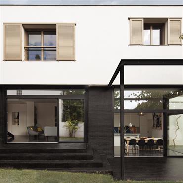 Une maison qui suit le terrain en pente