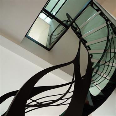 Cet escalier design débillardé en verre de style Art Nouveau est une création originale de Jean Luc Chevallier pour ... Domozoom