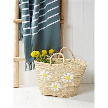 Décoré de fleurs brodées, ce panier en paille célèbre le retour des beaux jours. Il nous vient subitement des envies de virées à la plage ou au marché ! DétailsHaut. ...