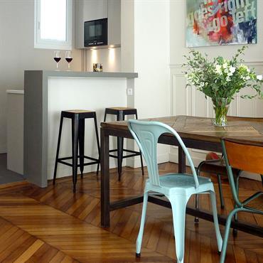 Une cuisine biscornue et désuète se métamorphose en un espace au design épuré.  Domozoom
