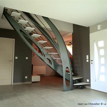 Cet escalier design en acier d'inspiration Art Nouveau est une création de Jean Luc Chevallier pour La Stylique.  Domozoom