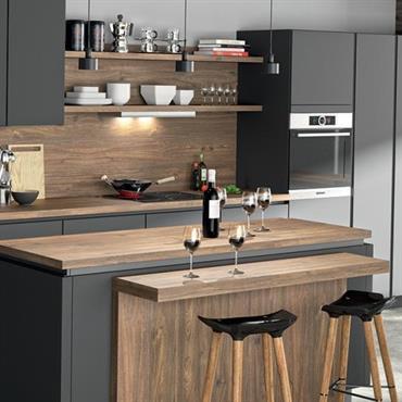 Une cuisine moderne mêlant du teck et du bois laqué noir  Domozoom