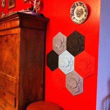 Les dalles hexagonales RAINBOW en papier plié de 120 g classé anti-feu permettent de composer un décor aux motifs de ... Domozoom