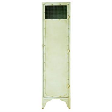 Fabriquée en métal vieilli, l' armoire en métal vert MANATEE oscille entre style bord de mer et design industriel ! Gonds de porte, rivets, loquet... On craque pour ses détails ...
