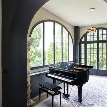 L'entrée est une extension du salon, tapis de carreaux de ciment.