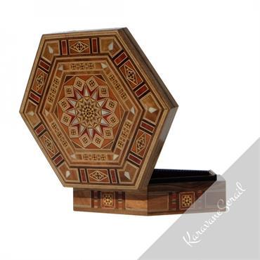 Boîtes en bois et marqueterie, réalisées par des artisans ébénistes. De designs variés et élégants, elles peuvent accueillir bijoux, courier, ... Domozoom