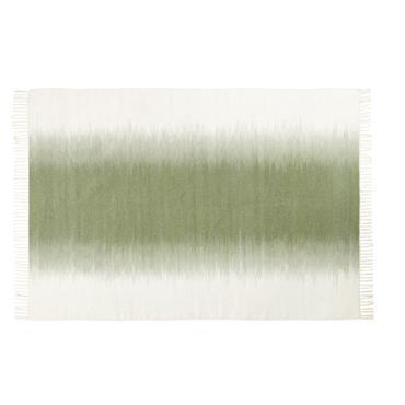 Le tapis en laine tissée écrue et verte 160x230 VERDE respire l'air frais et la douceur ! Accompagné de franges sur les extrémités, ce tapis rectangulaire présente un joli dégradé ...