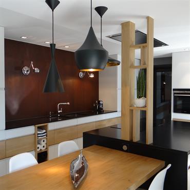 Audacieuse et intemporelle à la fois, cette cuisine au design industriel se démarque par d'élégants jeux de textures et de ... Domozoom