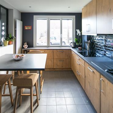 Cuisine alliant les styles moderne et vintage. Panneaux des meubles en bois. Crédence en carrelage