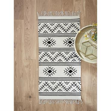 Motifs ethniques et coloris chic. Réchauffé de laine, ce tapis tissé se singularise par son style à la fois tendance et traditionnelle. Détails Dim. 60 x 120 cm env. Motifs ...