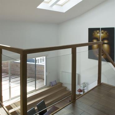 Difficile d'échapper au nouvel engouement pour les cloisons vitrées de type verrière d'atelier et pour les planchers de verre ! ... Domozoom