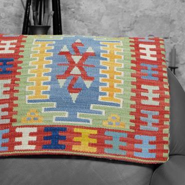 Ce coussin kilim est décoré de motifs ethniques traditionnels et de belles couleurs rouges, vert, bleu et jaune. Une belle ... Domozoom