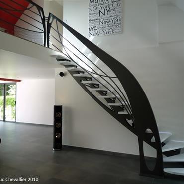 Cet escalier design en métal quart tournant de style Art Nouveau est une création de Jean Luc Chevallier pour La ... Domozoom