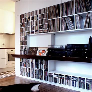 Rénovation d'un appartement pour un musicien, création d'un grand meuble/cloison  sur mesure, intégrant les fonctions meuble HIFI/dressing/séparation salon-chambre/rangements cuisine ... Domozoom