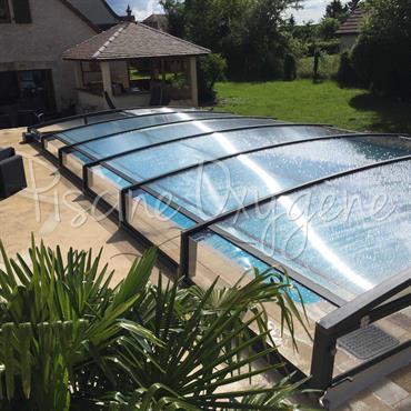 Abris bas de piscine télescopique avec possibilité d'une motorisation solaire. Une belle gamme esthétique avec toujours plus de confort !