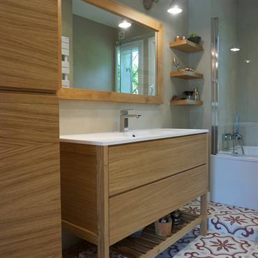 Cet ensemble plaqué chêne avec des touches de massif réchauffe une jolie salle de bain à l'atmosphère rétro. Composé d'une ... Domozoom