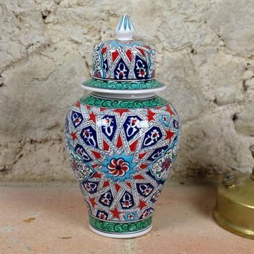 Cette jarre en céramique est un pot de style oriental, décoré de motifs géométriques entrelacés.  Domozoom