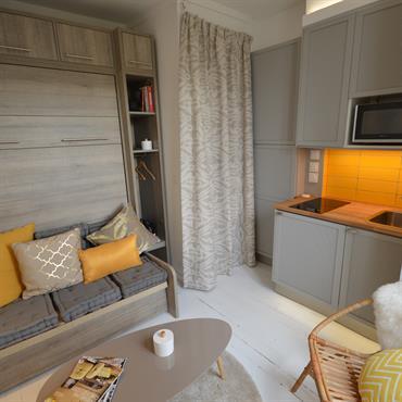 Petite chambre de bonne rénovée et décorée