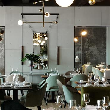 Habillage mural du Restaurant la Forêt Noire, en Slimbeton®.  Produit: Slimbeton® banché 2mm Finition/couleur : Gris béton 200, Brut moyen  Architecte d'intérieur : ... Domozoom